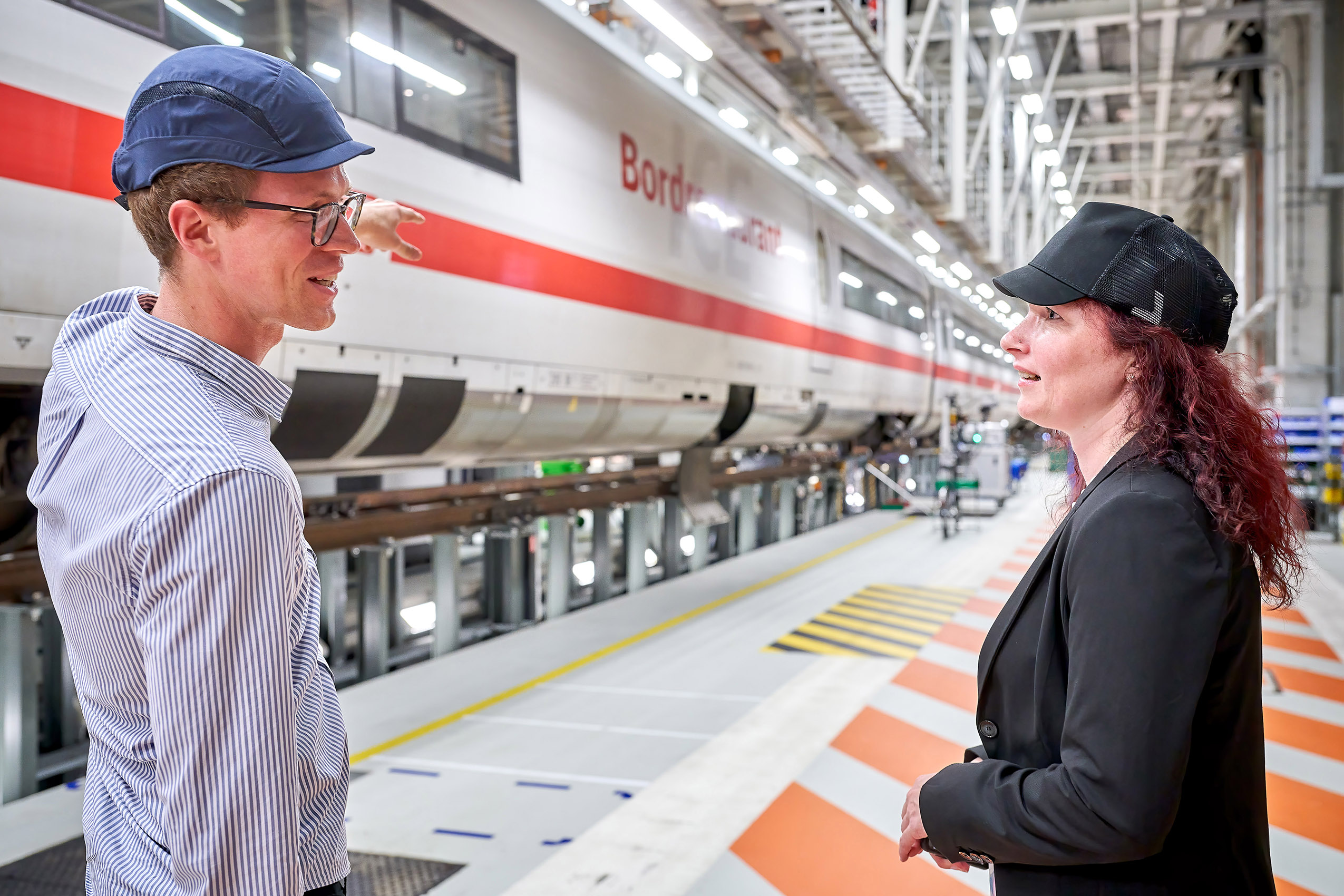 Consultation: Sonja Askew studied engineering after training as a mechatronics specialist. She values expert discussion, here with the assistant of the site's manager David Urbild.